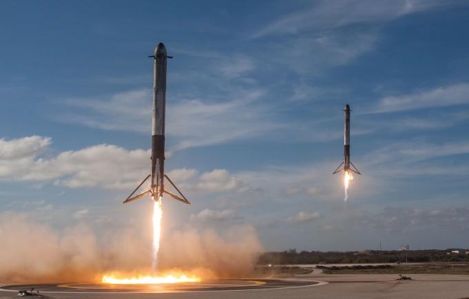 재사용 로켓 3기로 이뤄진 '팰컨헤비'의 1단 양끝의 로켓 2기가 먼저 분리돼 지상에 동시에 착륙하는 모습. - 스페이스X 제공